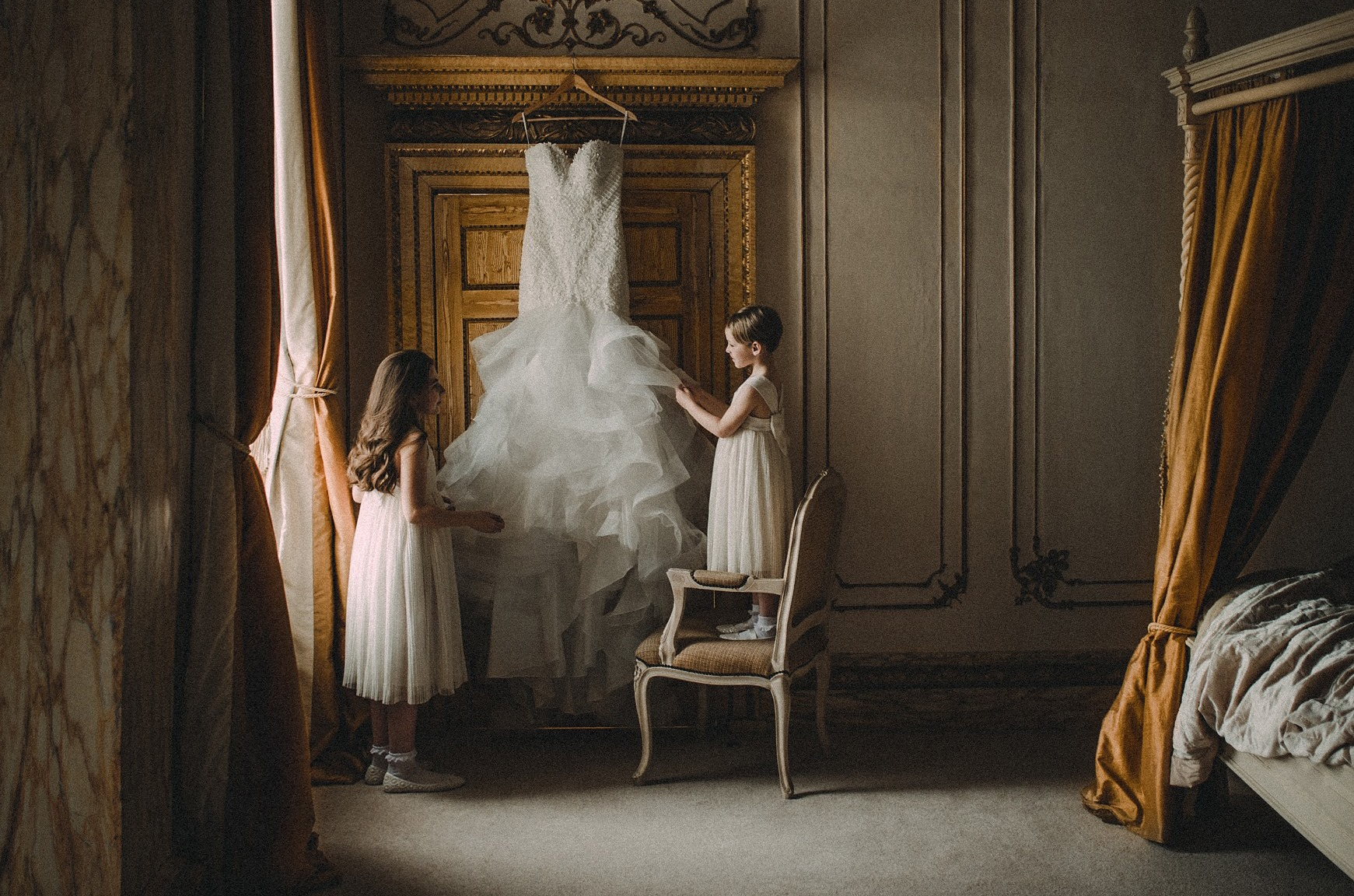 Two children looking at the brides wedding dress| Wedding picture| fairy tale wedding